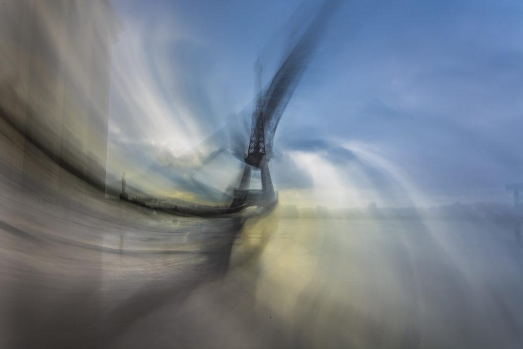 Auteur Kami Hazzaro – Twist Tower– Des Tours, détours #7  Appareil photo: NikonD7200 ; Objectif: 18-105mm ; Focale : 22 ; Distance Focale: 18mm ; Vitesse: 1 sec ; Sensibilité: 100 iso