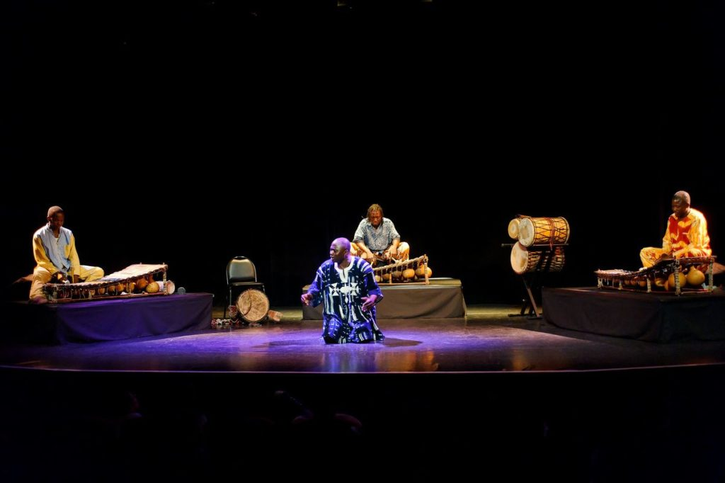 Ye Lassina Coulibaly et l'ensemble Yan Kadi Faso. Musique du Brukina Faso. Théâtre Berthelot